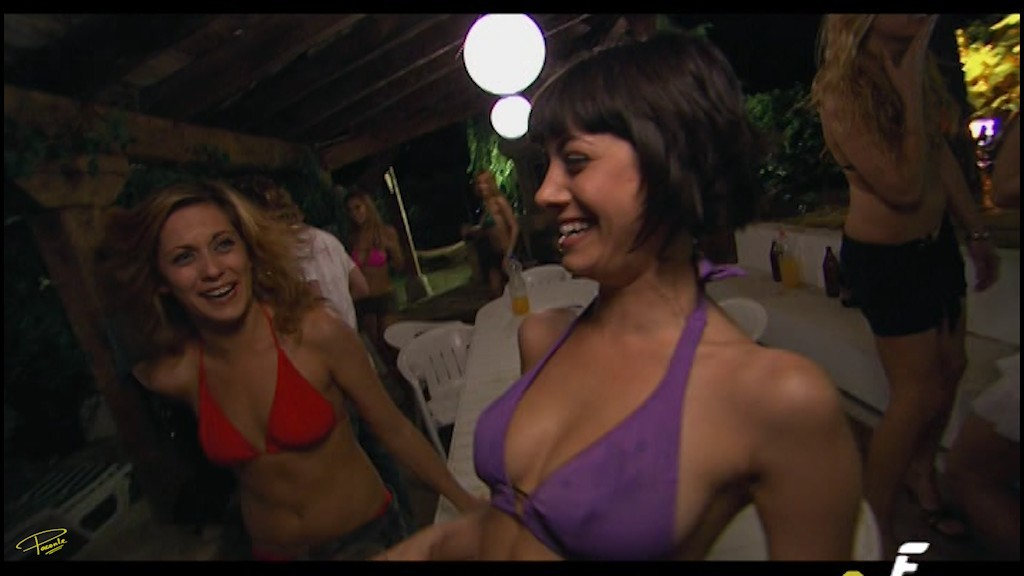 2 jovencitas de pezones duros en la playa 1 - 3 4
