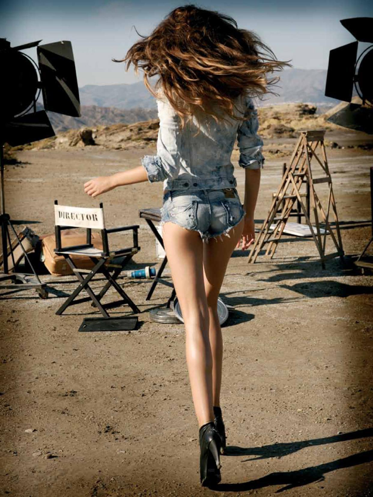 Снимает джинсовые шортики 20 фотография