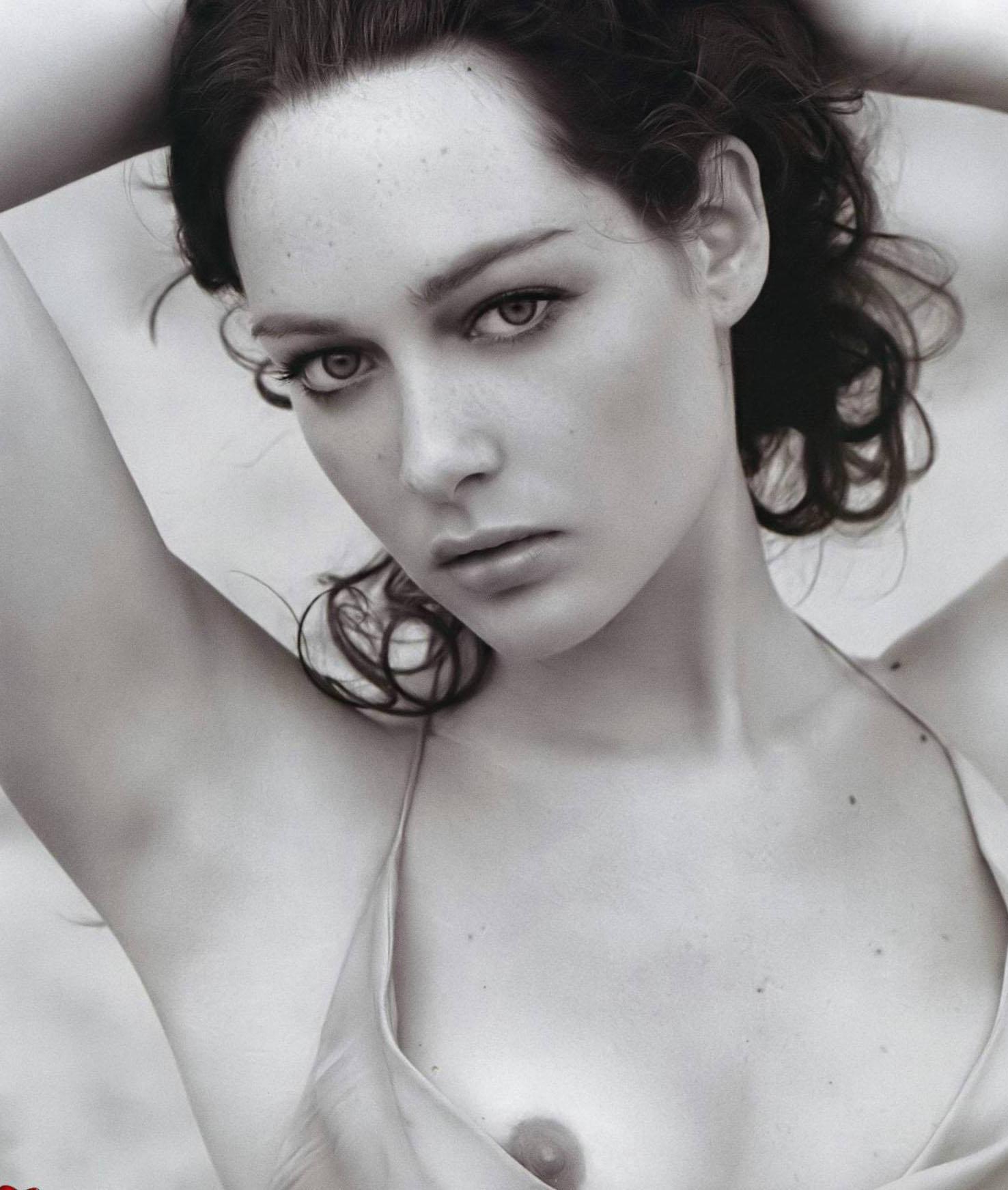Bella nude