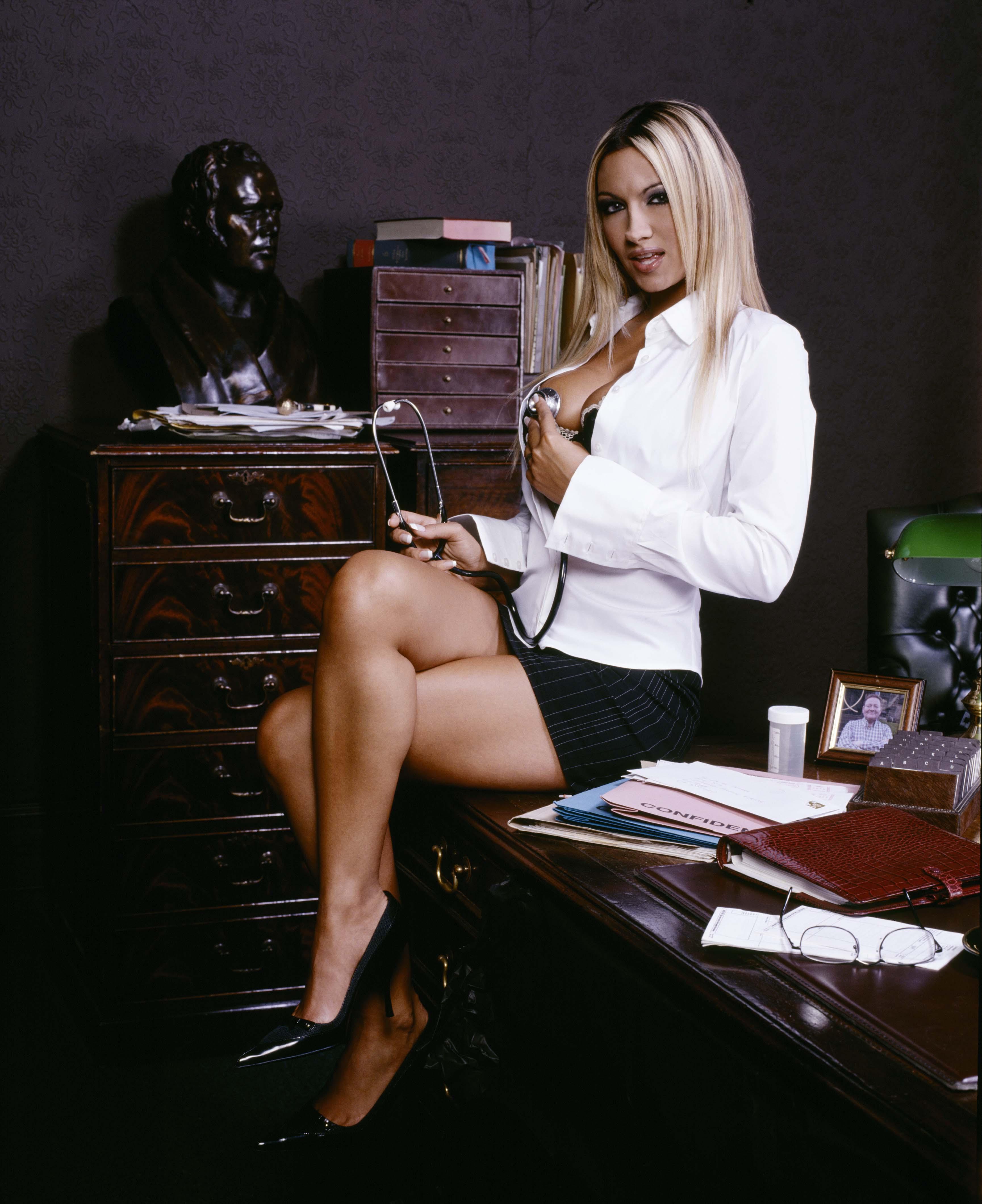 Сексуальная секретарша хороша во всем.