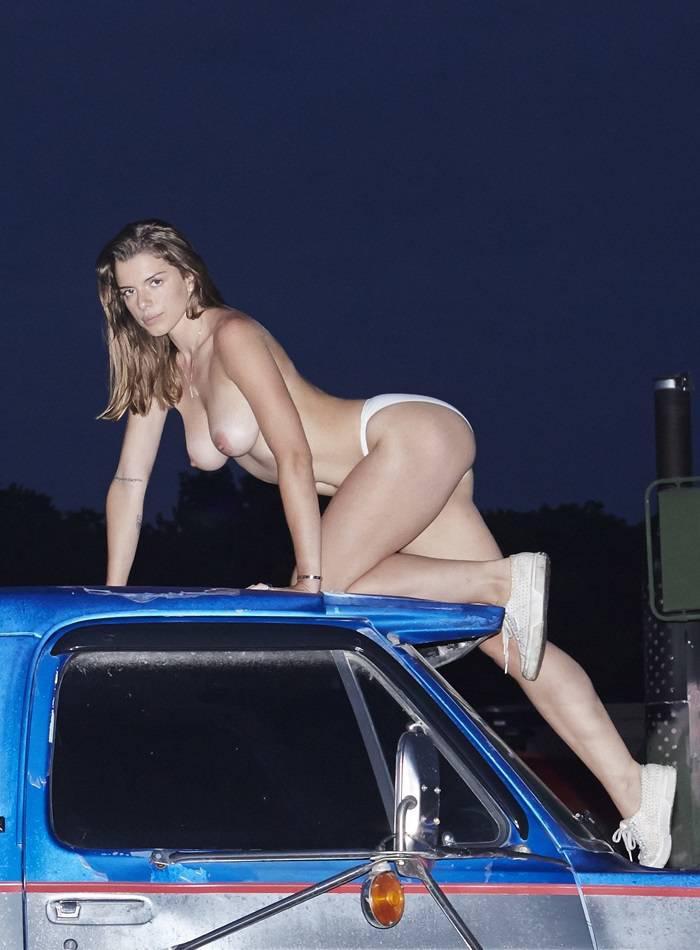 Julia Fox  nackt