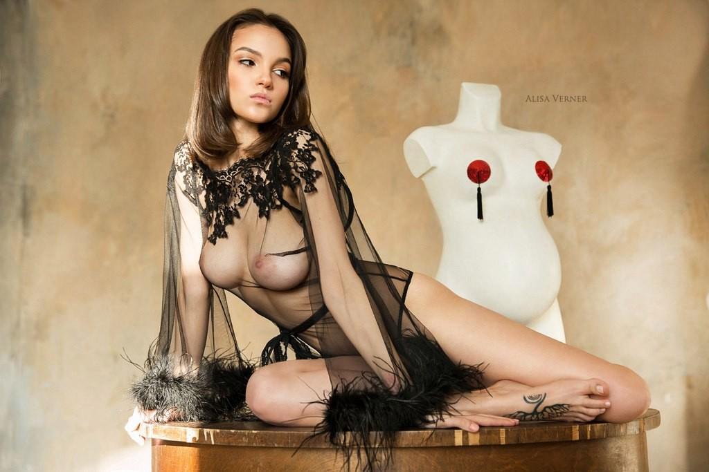 golaya-bez-masha-eroticheskaya-fotomodel-porno-russkoe-kinofilmi
