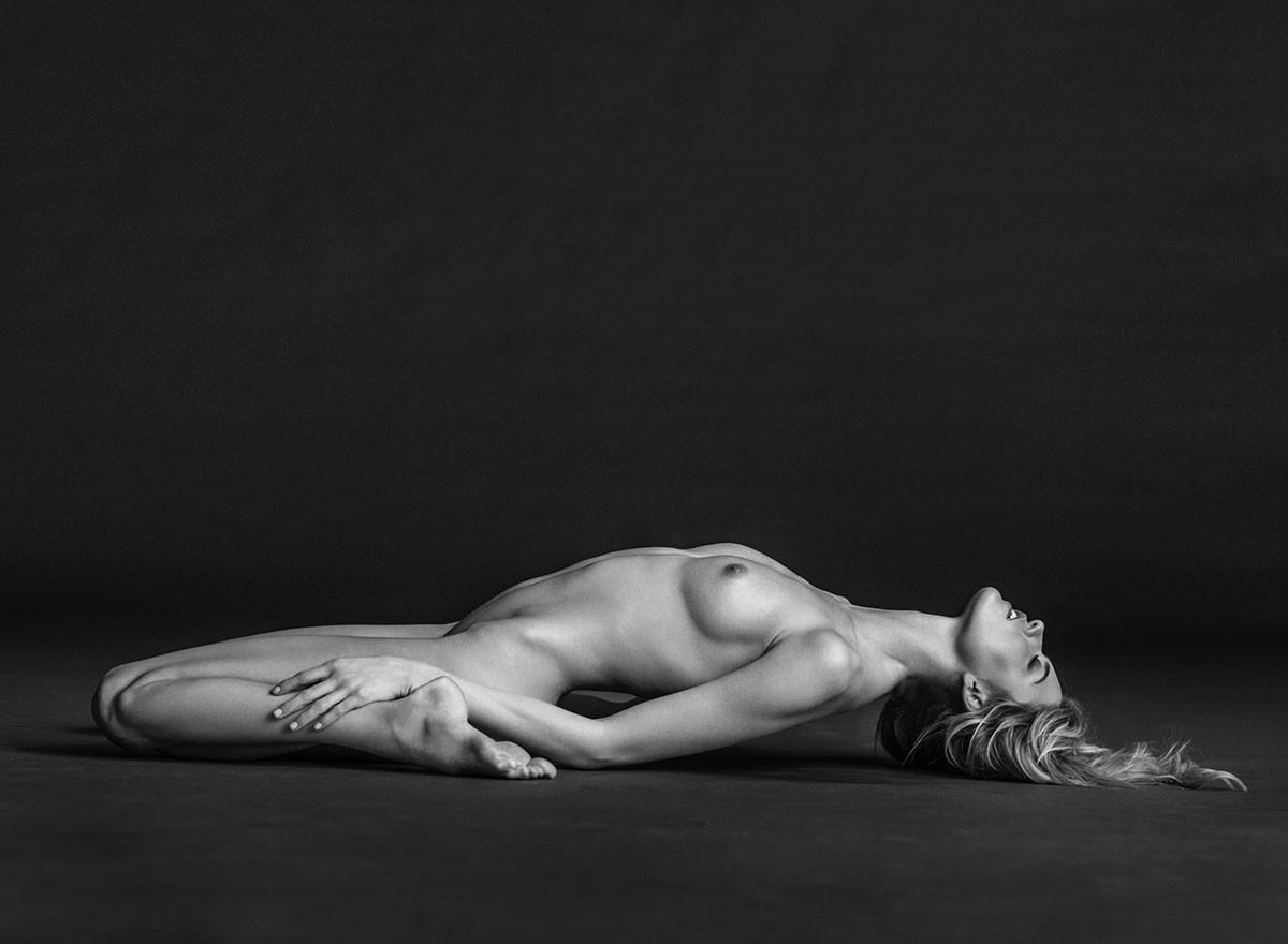 Victoria's secret model elsa hosk strips naked and bares all in shoot