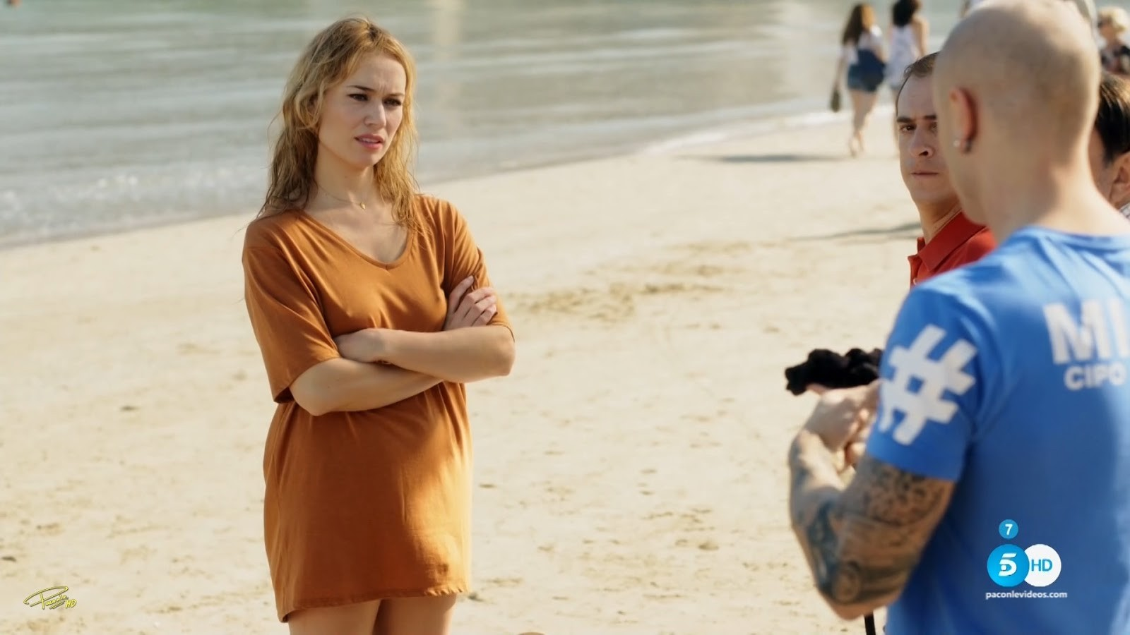2 jovencitas de pezones duros en la playa 1 - 1 2