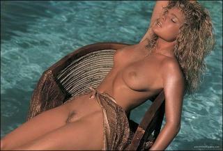 Erika Eleniak in Playboy Nuda [1028x698] [183.09 kb]