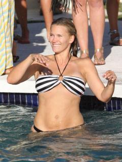 Natasha Henstridge dans Bikini [902x1200] [156.57 kb]