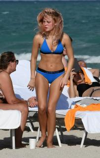 Zara Larsson en Bikini [1901x3000] [700.26 kb]