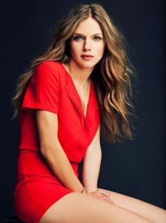 Tracy Spiridakos [800x1067] [123.51 kb]