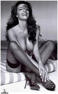Emanuela Folliero Nue [984x1595] [207.02 kb]