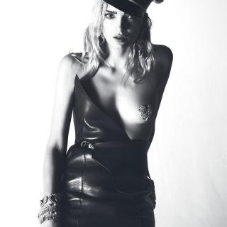 Lily Donaldson Desnuda [1080x1080] [122.89 kb]