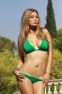Victoria Bonya en Bikini [1365x2048] [446.07 kb]