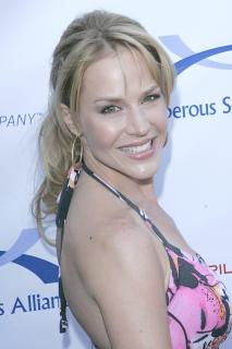Julie Benz [1666x2500] [301.24 kb]