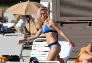 Zara Larsson en Bikini [3000x2083] [585.92 kb]
