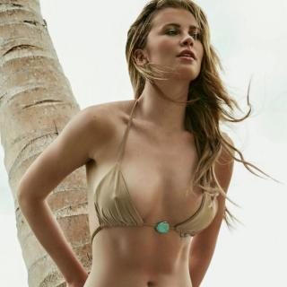 Ireland Baldwin en Bikini [1000x1000] [126.4 kb]