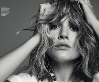 Adriana Ugarte en Harpers Bazaar [2565x2152] [977.53 kb]