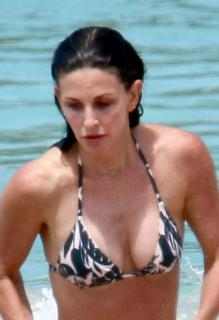 Courteney Cox in Bikini [489x712] [42.7 kb]