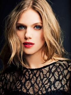 Tracy Spiridakos [800x1067] [215.42 kb]