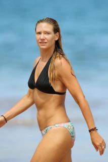 Anna Torv en Bikini [800x1200] [60.9 kb]