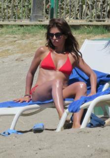 Mónica Cruz in Bikini [1370x1965] [384.76 kb]