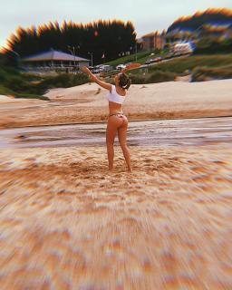 Ester Expósito en Bikini [1080x1350] [332.66 kb]