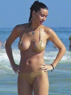 Vania Millán in Bikini Descuido [423x564] [43.84 kb]