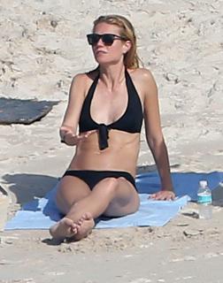 Gwyneth Paltrow en Bikini [2369x3000] [527.09 kb]