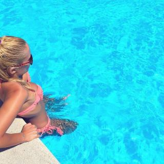 Laura Gadea en Bikini [983x983] [221.48 kb]