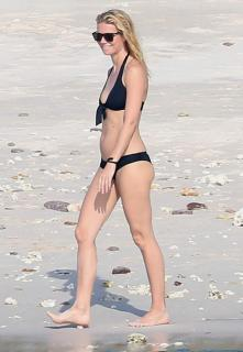 Gwyneth Paltrow en Bikini [2081x3000] [471.96 kb]