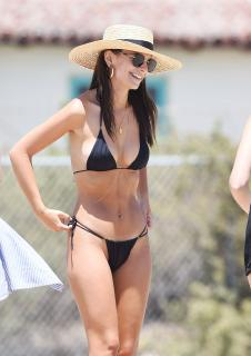 Emily Ratajkowski en Bikini [2550x3603] [874.55 kb]