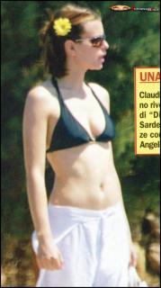 Claudia Pandolfi en Bikini [810x1445] [262.07 kb]