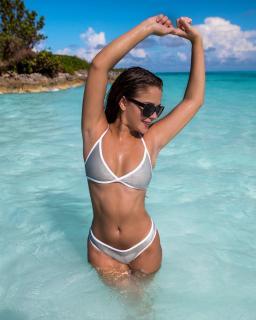 Tessa Brooks en Bikini [1080x1350] [257.36 kb]