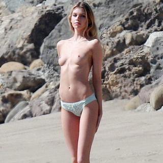 Stella Maxwell en Topless [1200x1200] [245.51 kb]