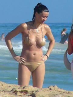 Vania Millán en Bikini [423x564] [42.86 kb]
