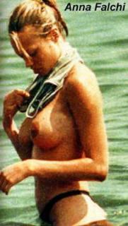 Anna Falchi en Topless [204x360] [16.06 kb]