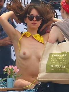 Dakota Johnson en Topless [900x1200] [206.96 kb]