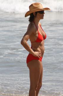Lisa Rinna in Bikini [1200x1800] [127.94 kb]