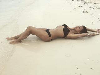 Mónica Cruz in Bikini [1080x809] [74 kb]