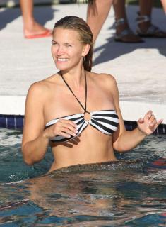 Natasha Henstridge dans Bikini [884x1200] [144.51 kb]