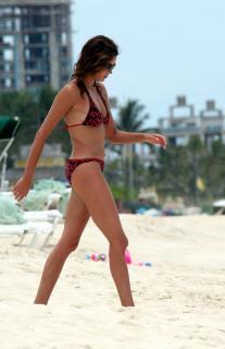 Teri Hatcher en Bikini [2166x3348] [509.63 kb]