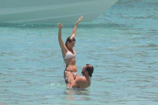 Margot Robbie en Bikini [2400x1599] [533.25 kb]