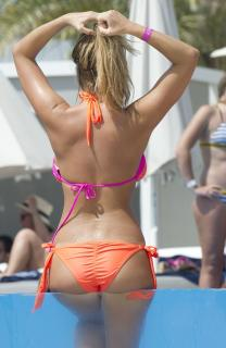 Chloe Meadows en Bikini [1244x1906] [383.08 kb]