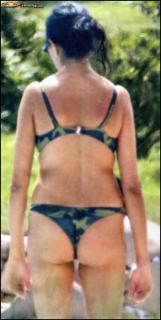 Maria Grazia Cucinotta in Bikini [966x1910] [382.5 kb]