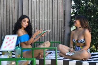Stella Hudgens en Bikini [1060x707] [195.38 kb]