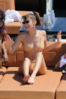 Bella Hadid en Bikini [1998x3000] [904.14 kb]