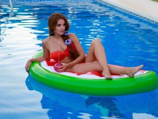 Melody Ruiz en Bikini [1080x818] [141.12 kb]