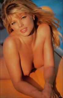 Donna D'Errico in Playboy Nude [982x1523] [132.79 kb]