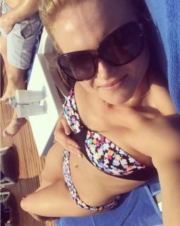 Carly Booth en Bikini [899x1124] [152.54 kb]