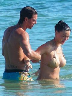 Vania Millán en Bikini [423x564] [60.76 kb]