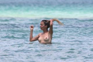 Victoria Bonya in Topless [3000x1998] [613.95 kb]