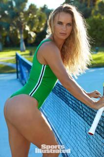 Caroline Wozniacki en Si Swimsuit 2017 [1280x1920] [379.77 kb]